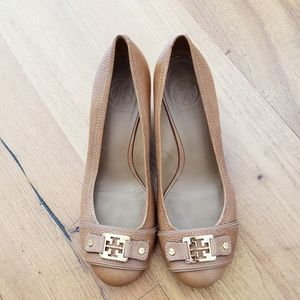 Tory Burch tan woodblock wedges size 8